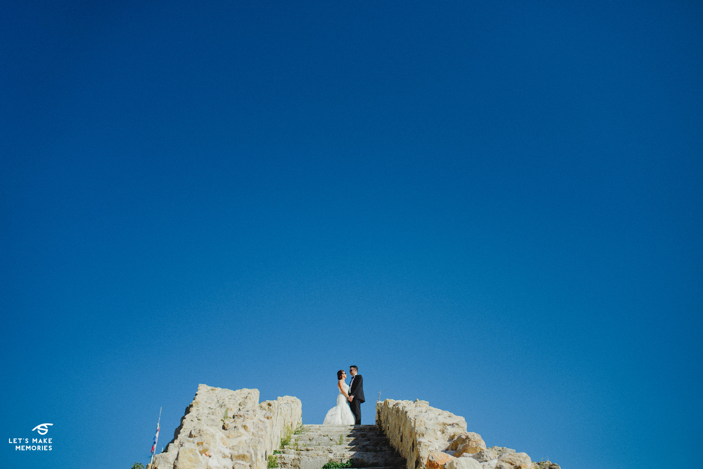 couple hugging on top of the stairs on kamićak fortress