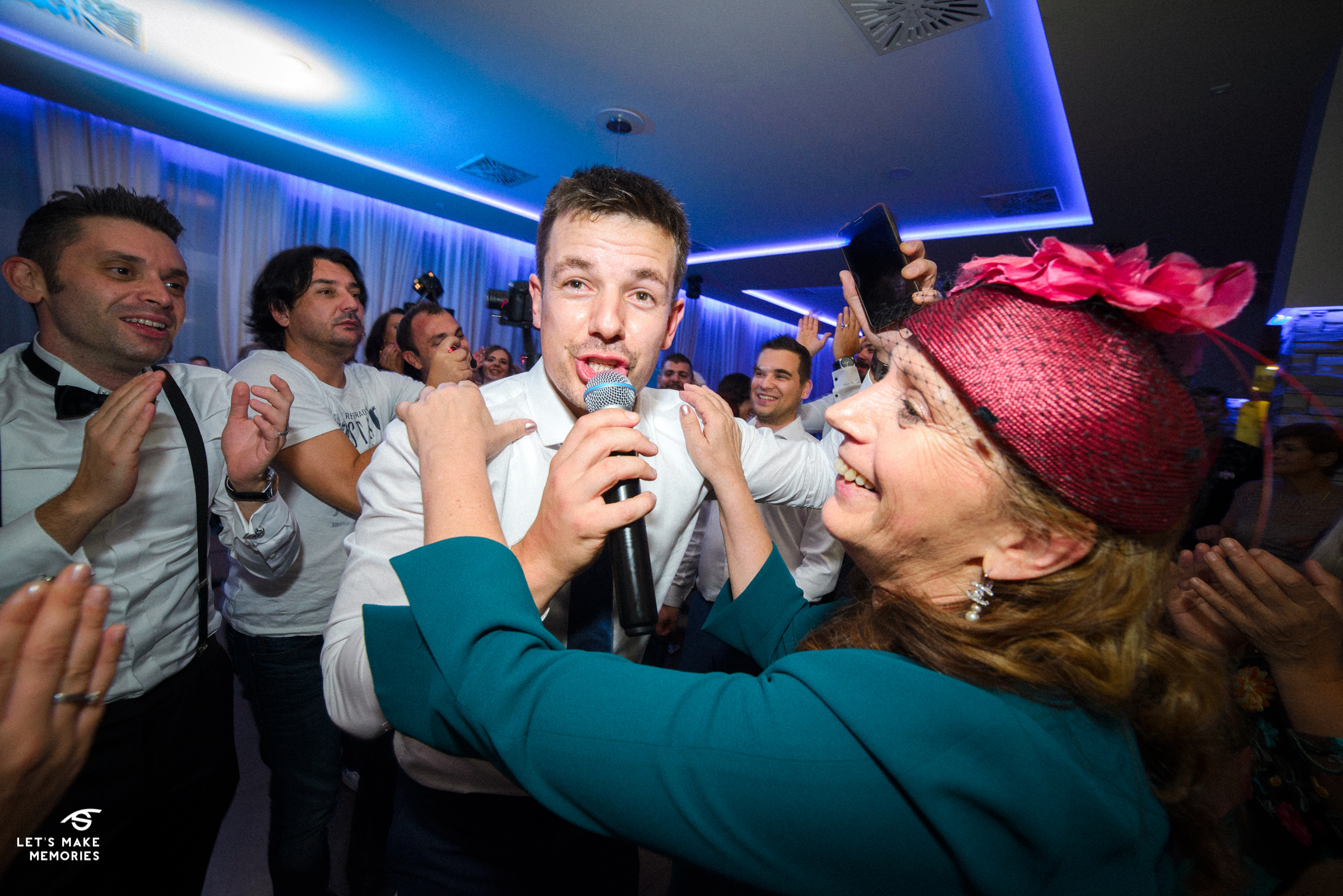best man singing to groom and his mother