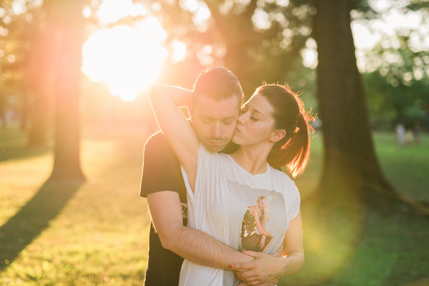 couple kissing into sunsed backlight shot