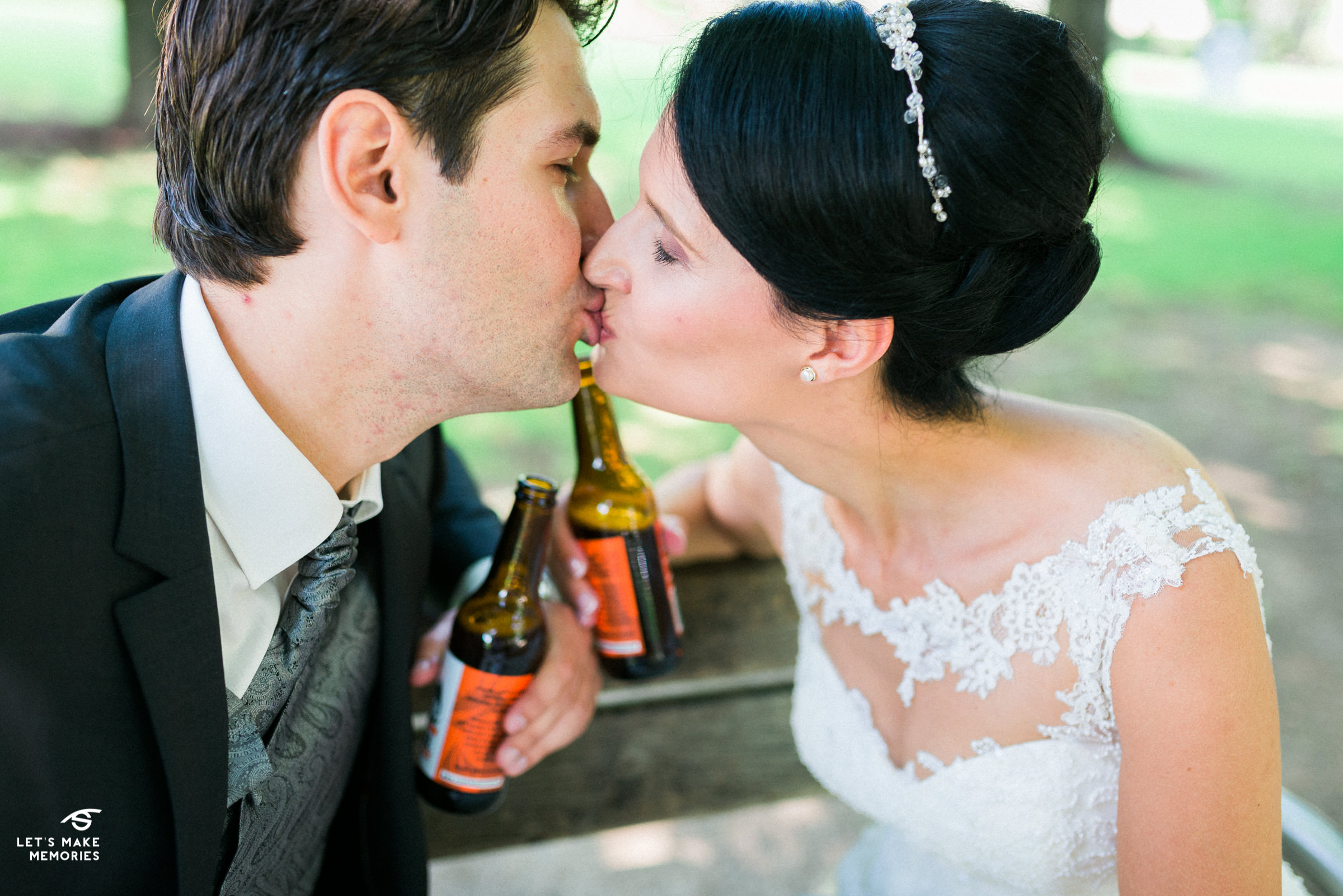 couple kissing ove a Zmajsko Pale Ale beer