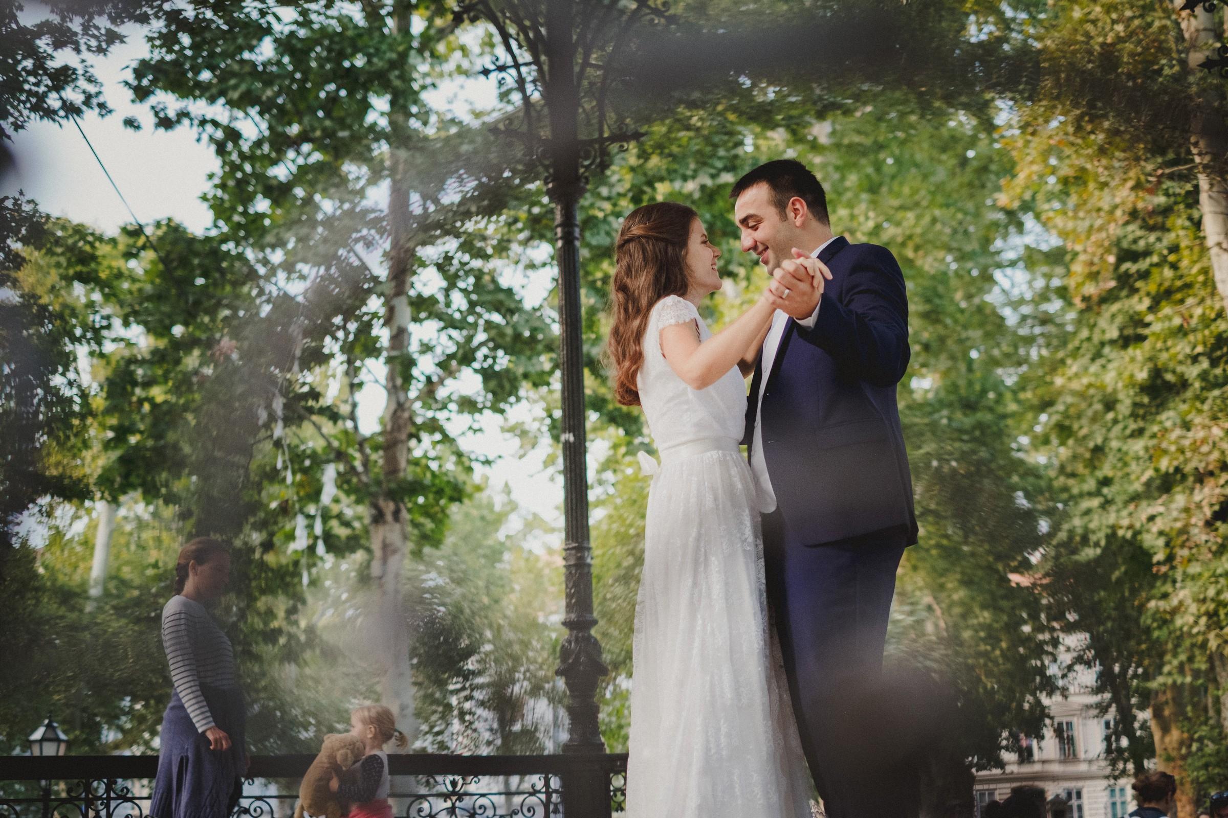 couple dancing in zrinjevac pavillion